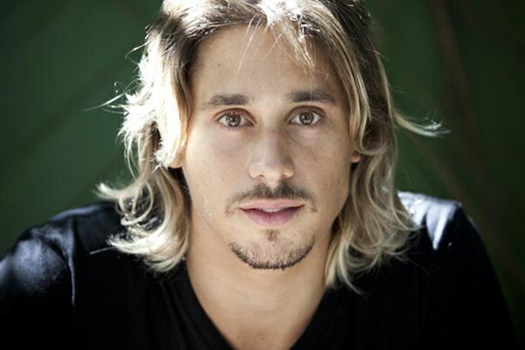 "Ivan Mendes substitui Gabriel Leone na peça teatral ""Léo e Bia"""