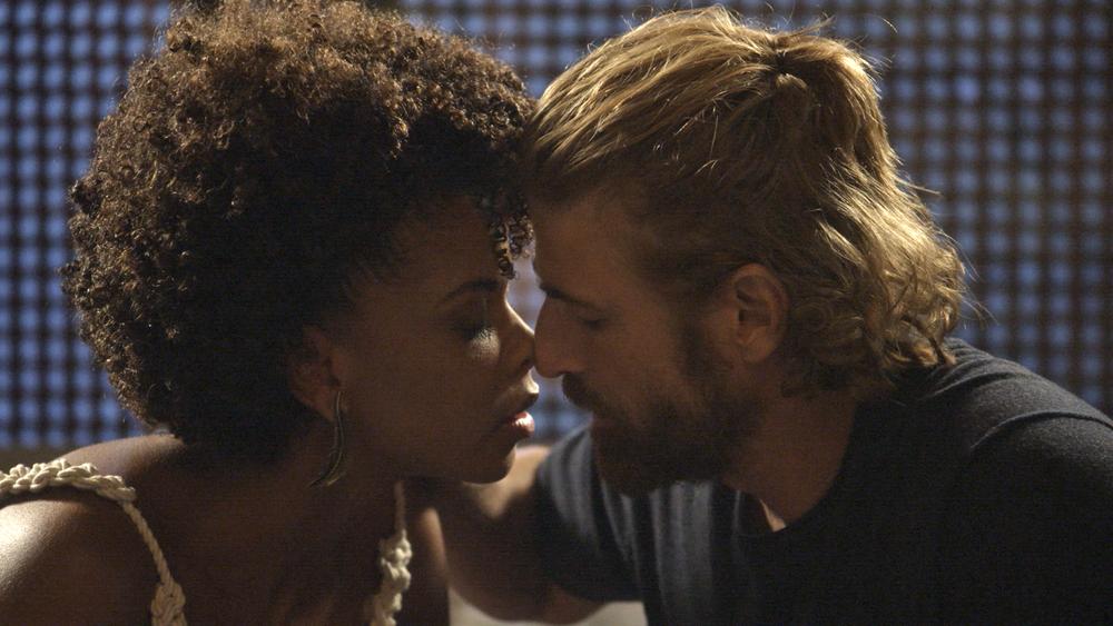"""Pedro fica bêbado e acaba beijando Laura na novela """"A Lei ..."""